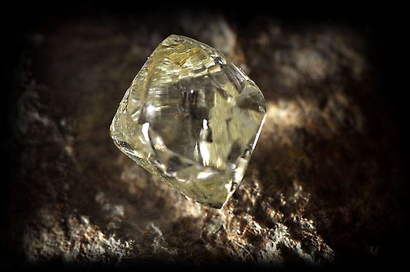 surowy diament